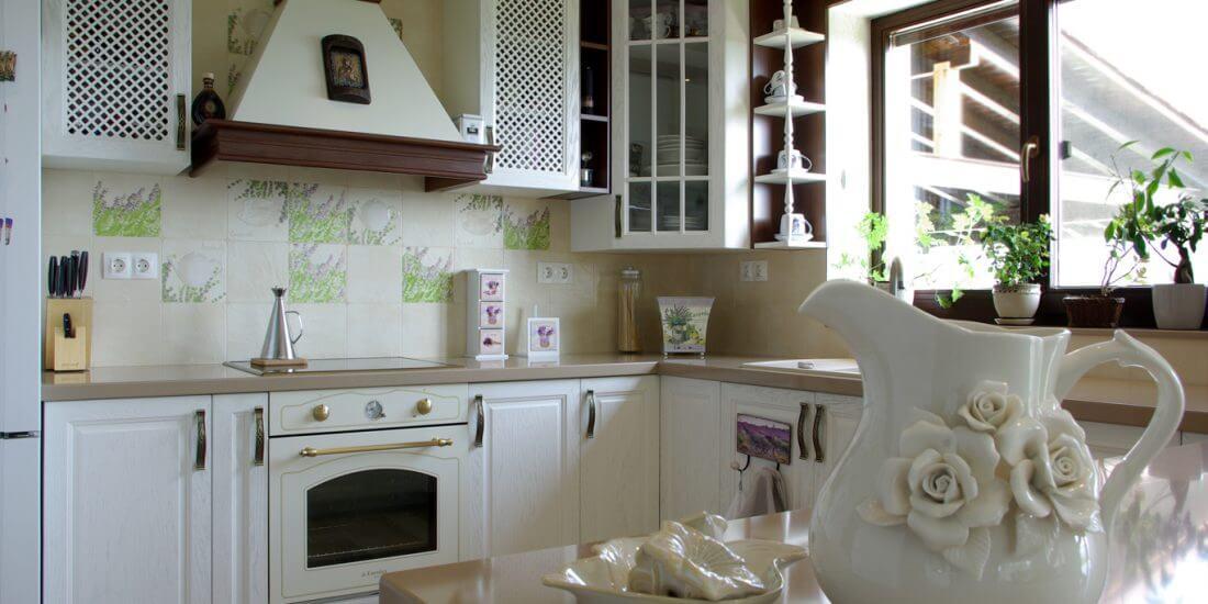 класическа бяла кухня