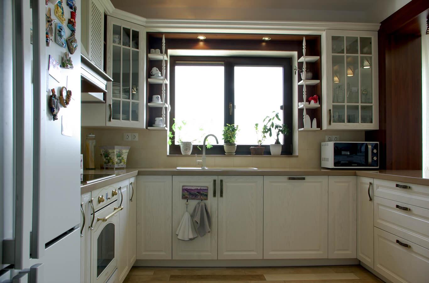 бяла кухня с врати от МДФ