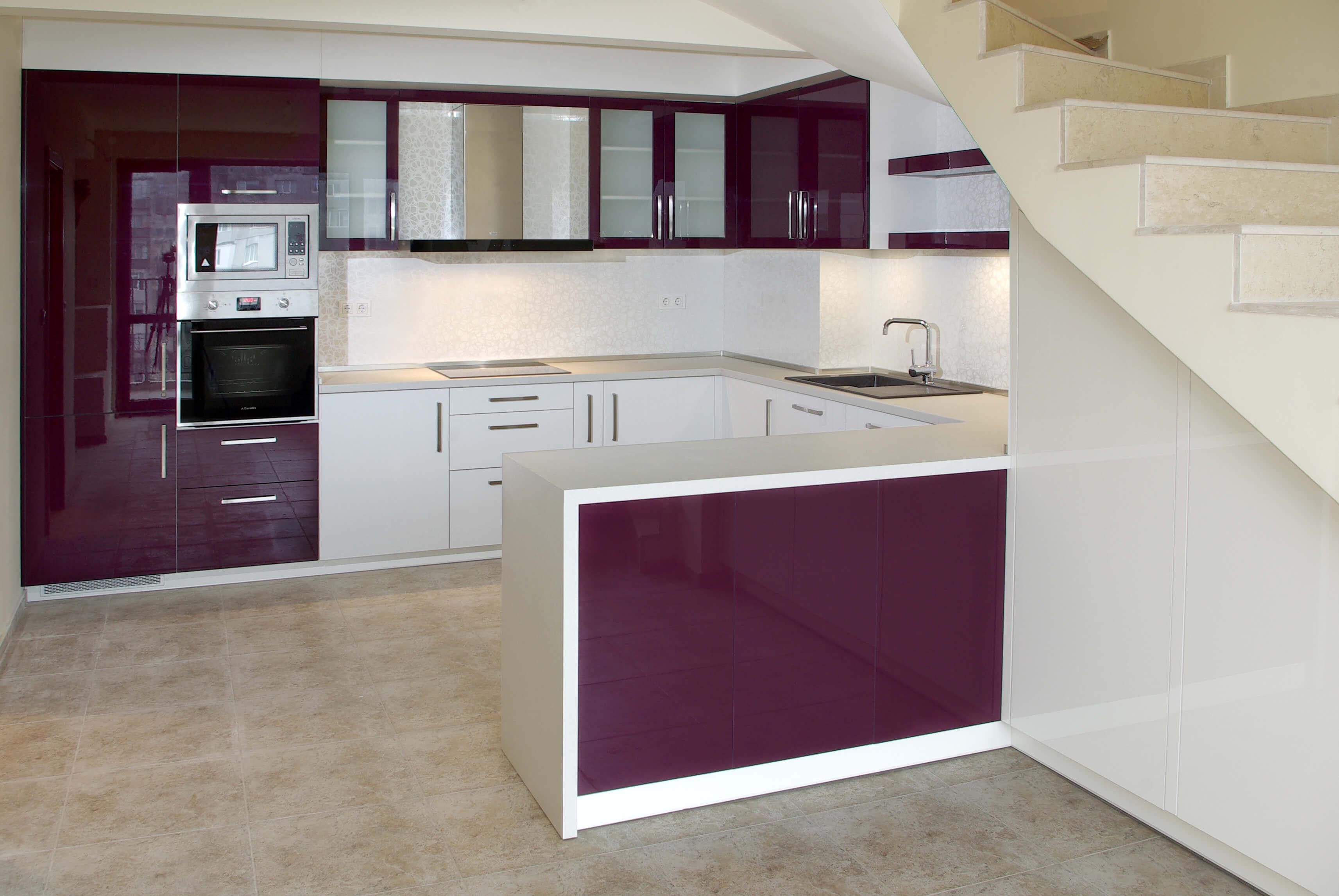 модерна кухня в бяло и лилаво