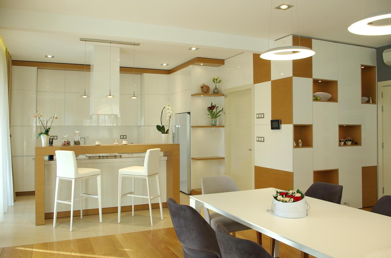 луксозна дизайнерска кухня с високи тавани