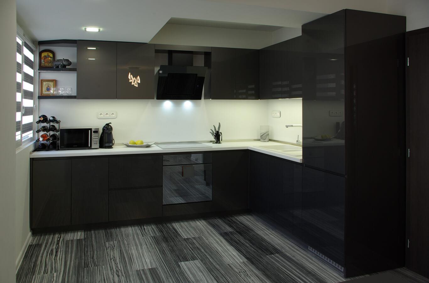 модерна кухня черен гланц