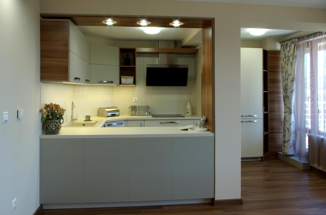 модерна кухня в топли цветове