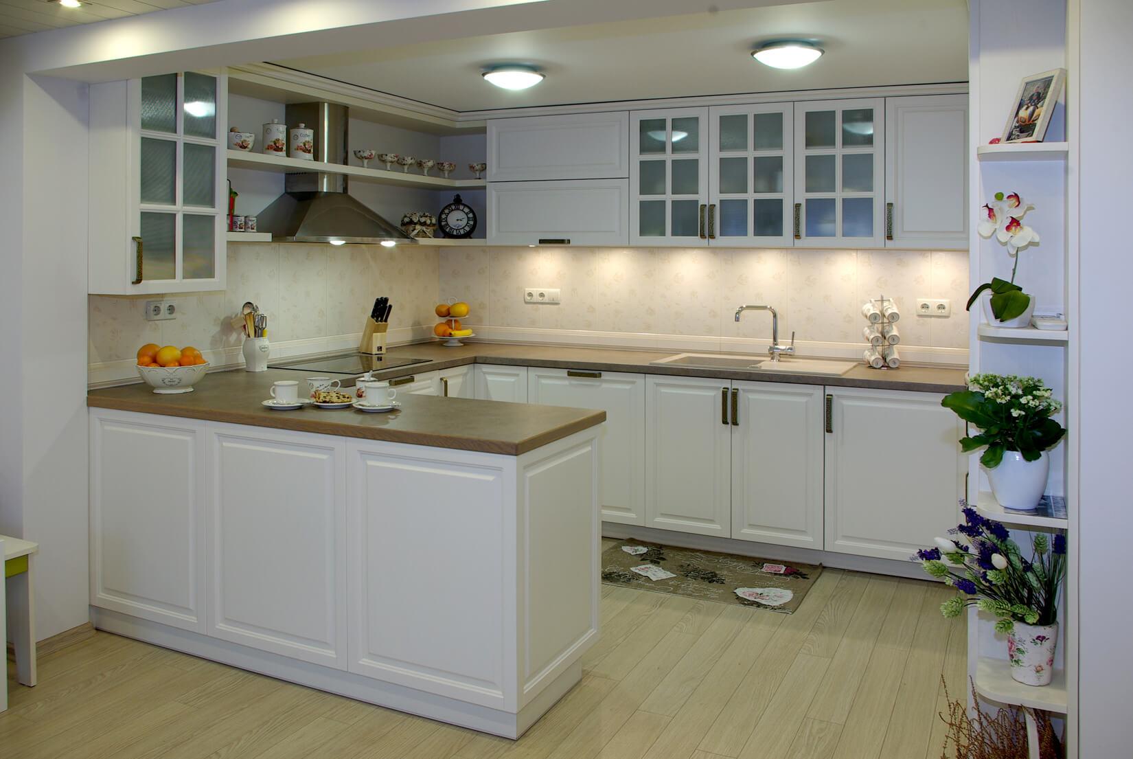 класическа кухня в бяло
