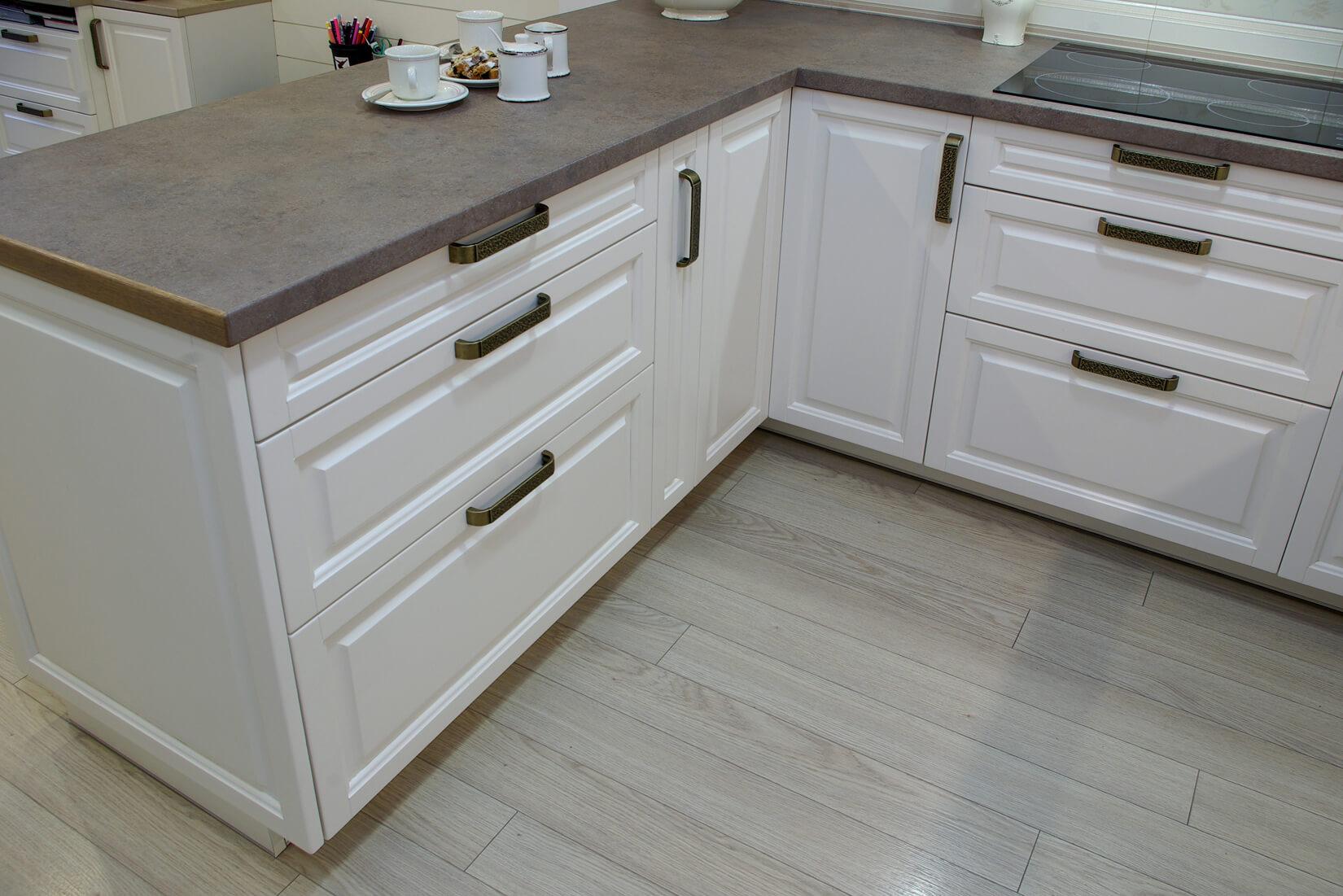 бяла кухня с чекмеджета