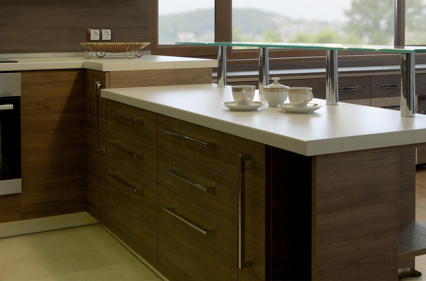 кухня с тъмен дъбов фурнир