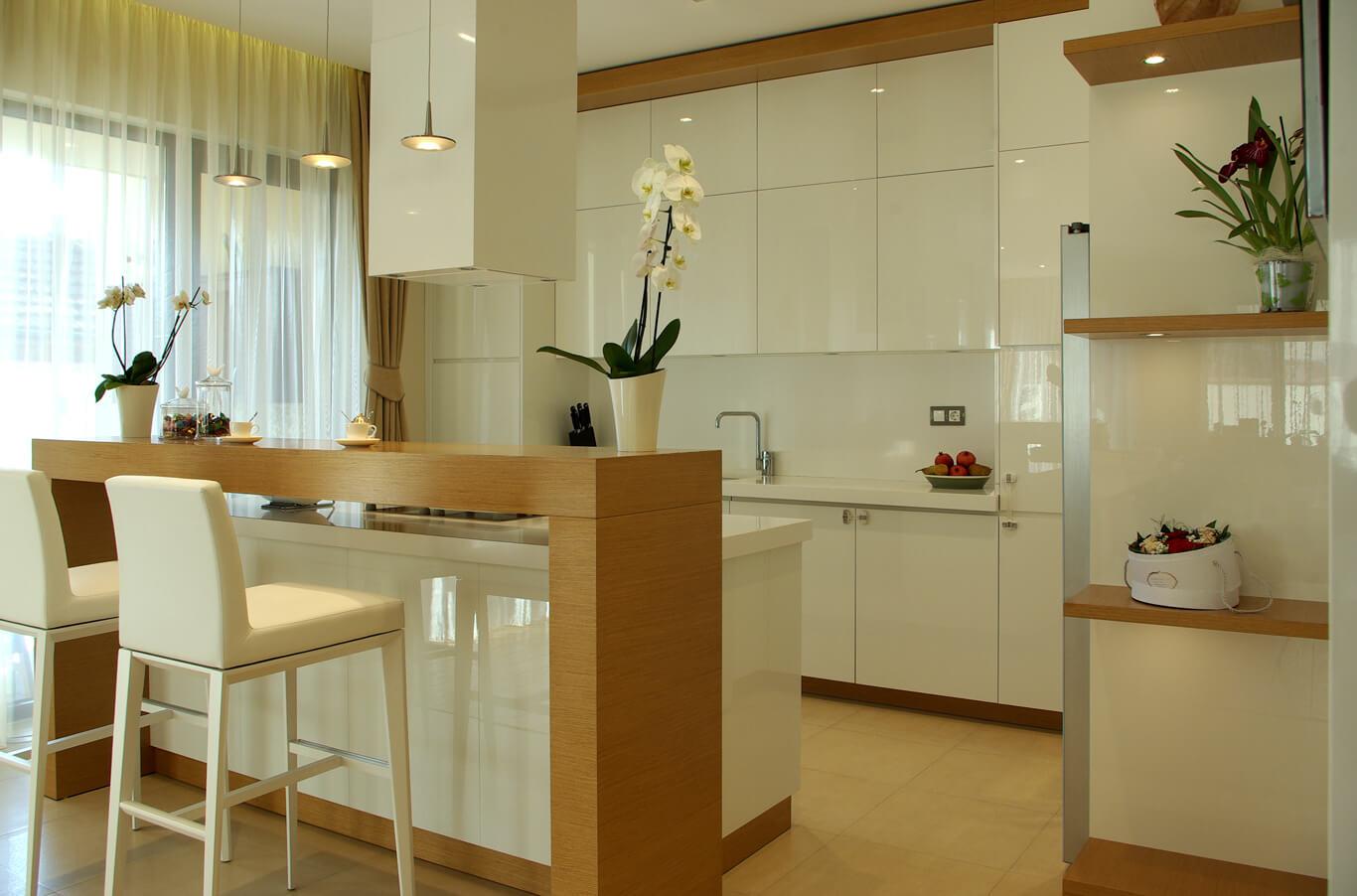 модерна бяла кухня с остров