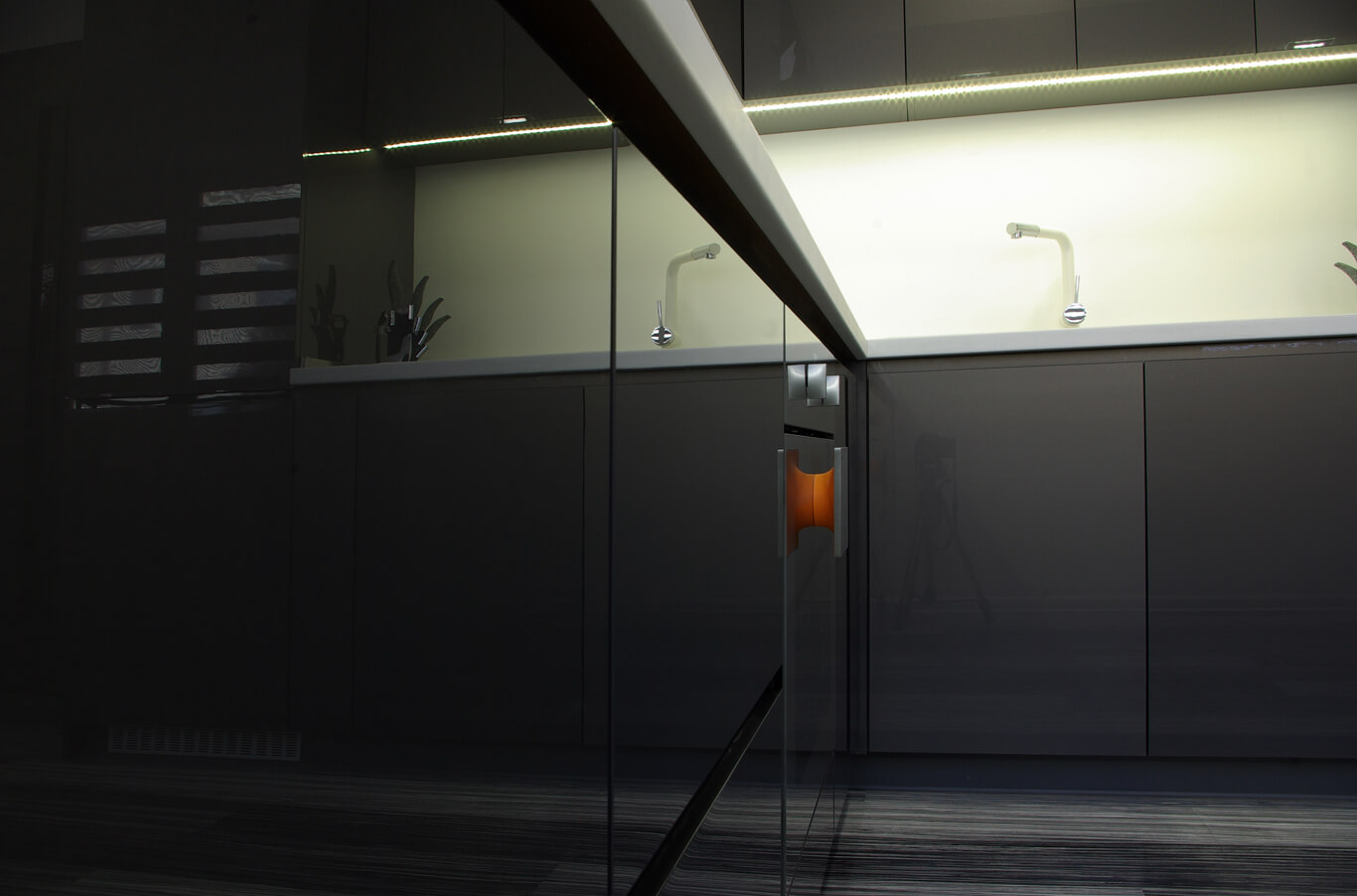 дизайнерска кухня с уреди