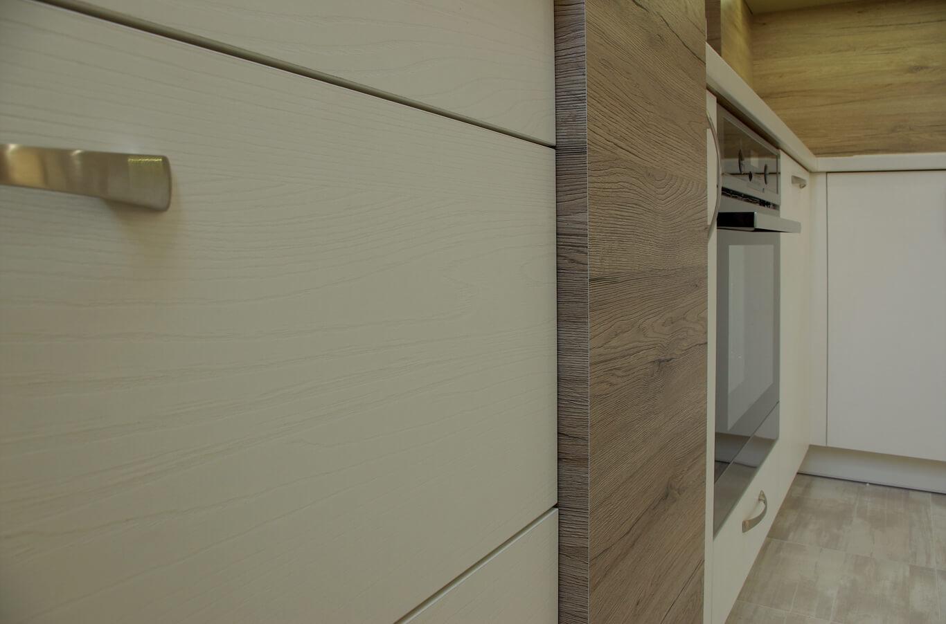 кухня с големи чекмеджета