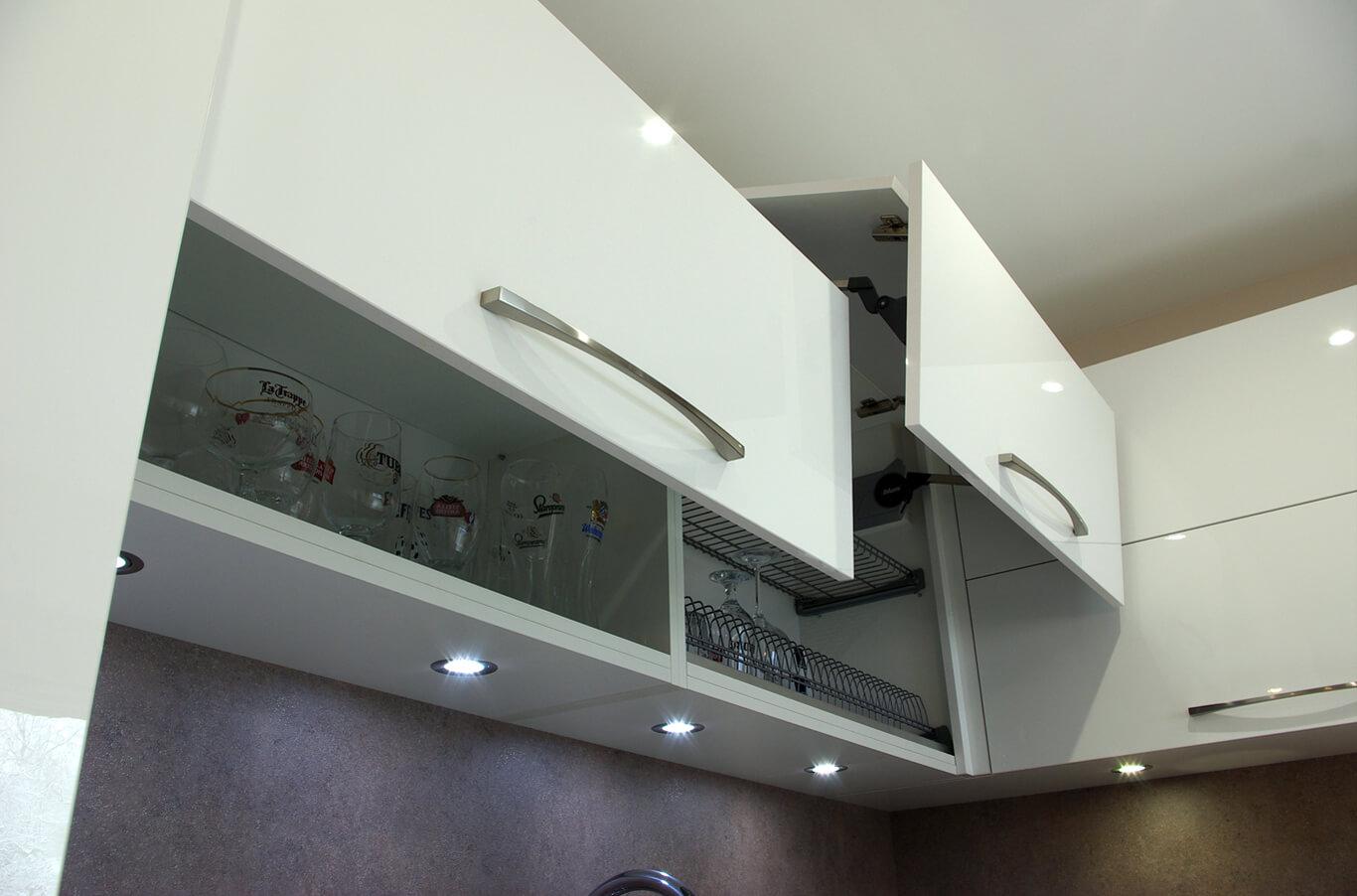кухненски шкаф с механизми на блум