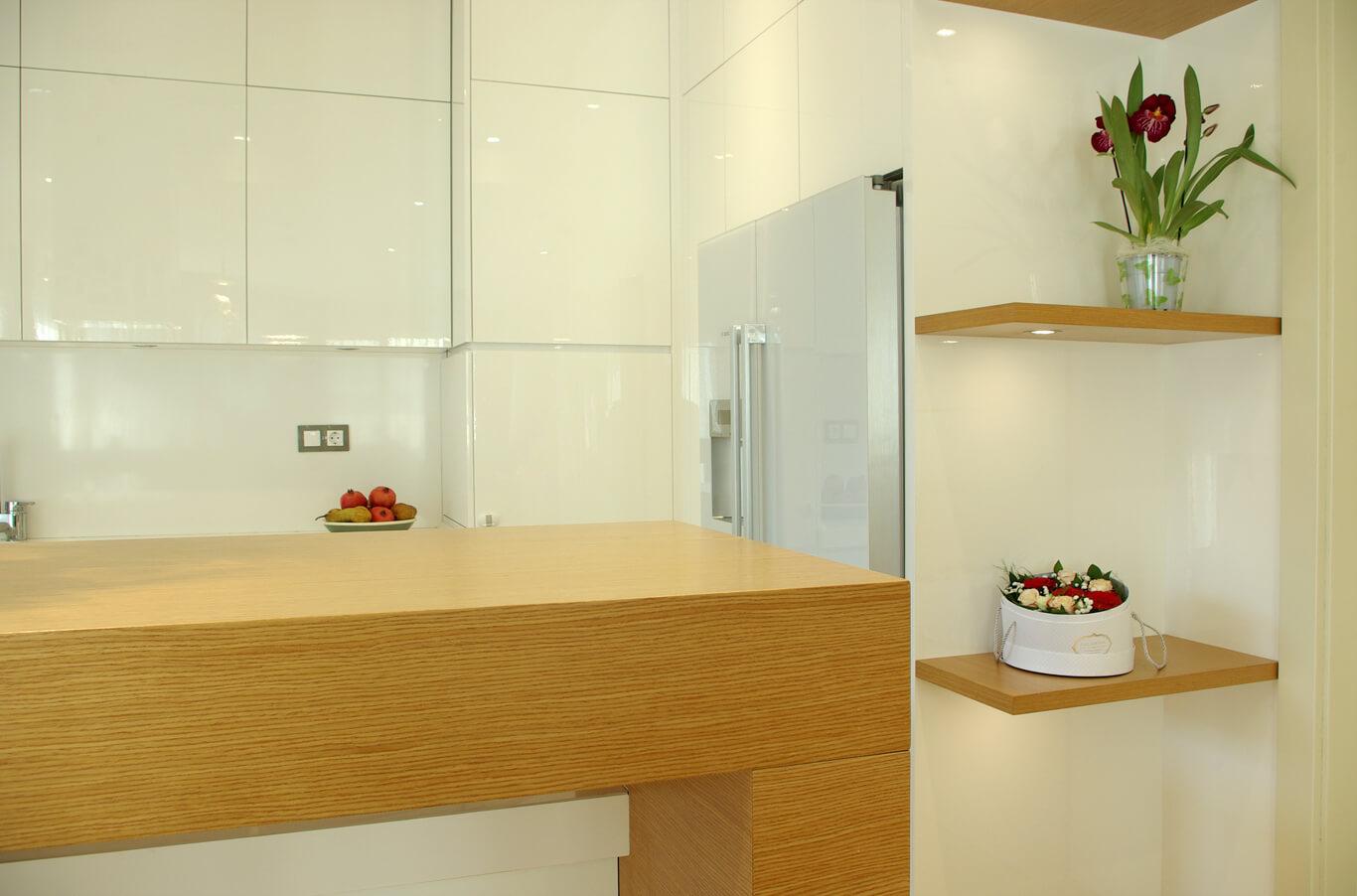 кухня с естествен фурнир и бял гланц