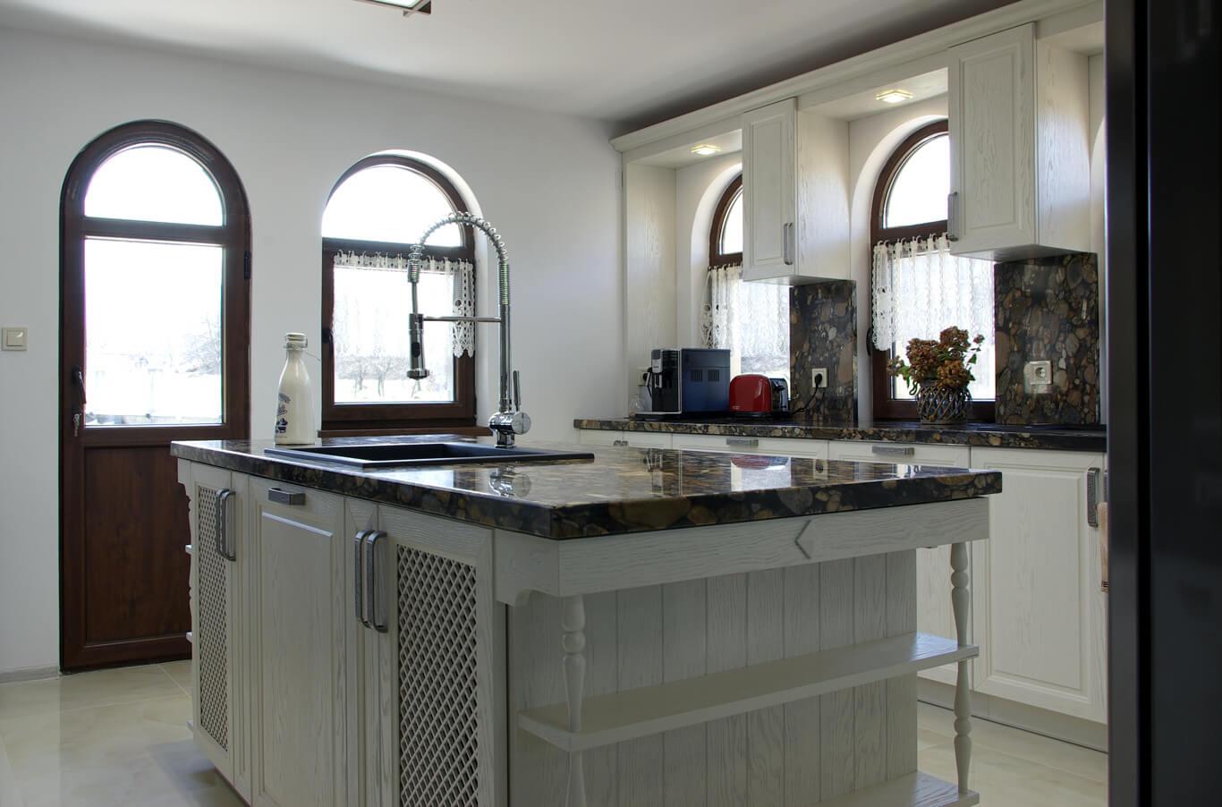 арковидни прозорци акцентират върху белия фурнир