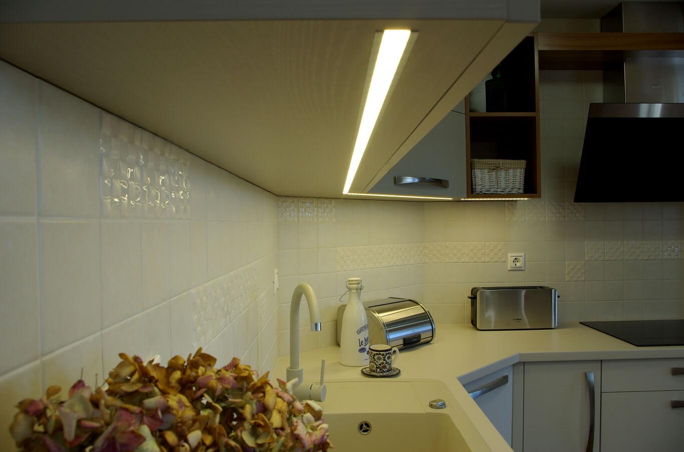 вградено в кухнята лед осветление