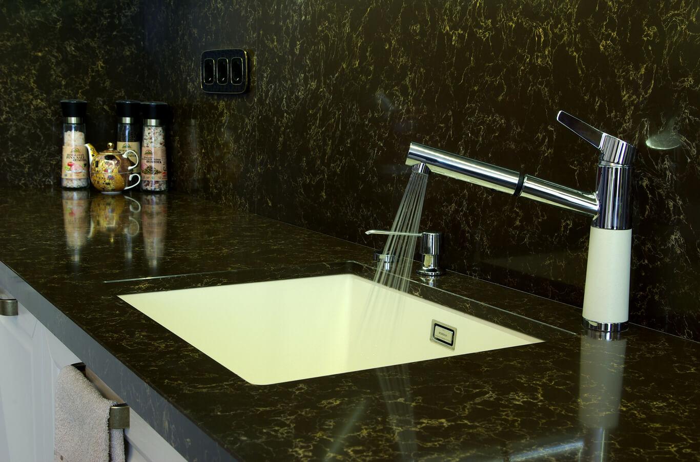 бодилукс млечно бяла каменна мивка вградена в тъмен плот