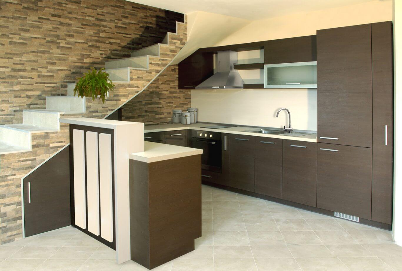 кухня вградена под стълби