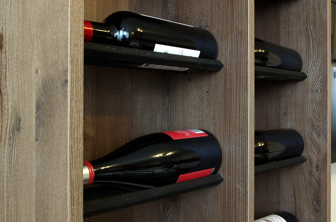 бодилукс бутилки ароматно вино полегнали на стари стоманени пръти