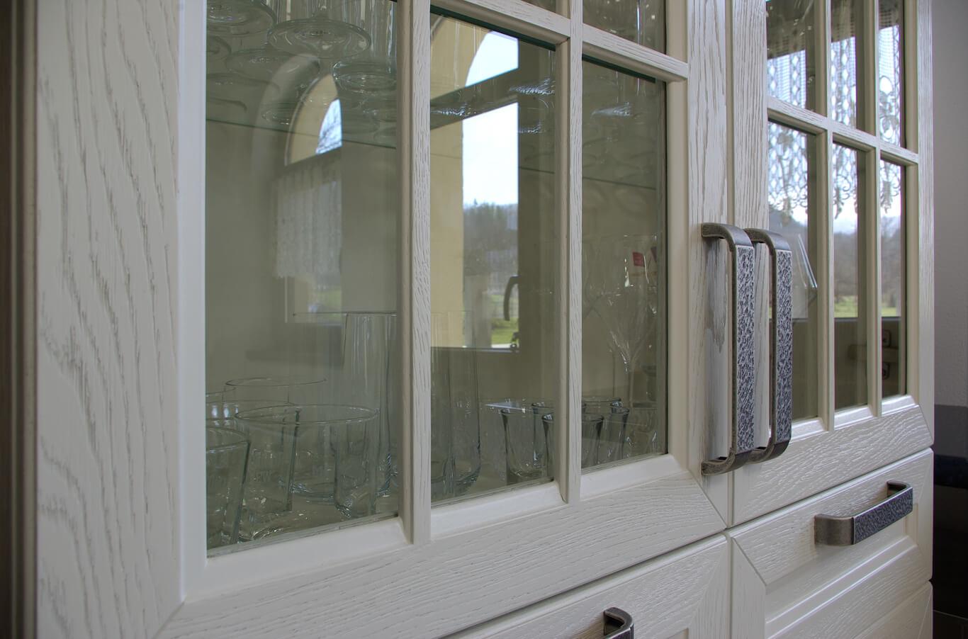 витрина с кристални чаши