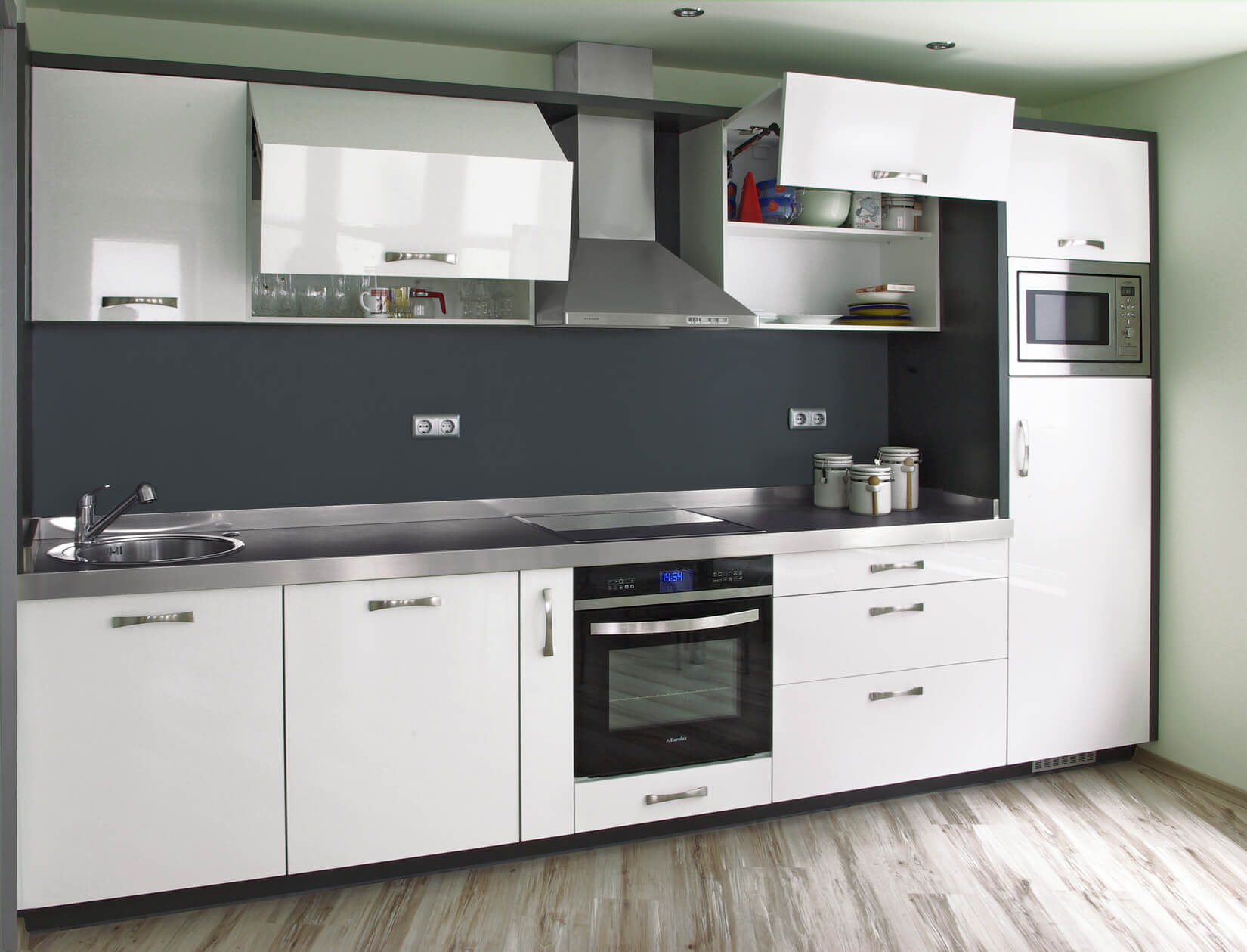 компактна кухня с механизми блум