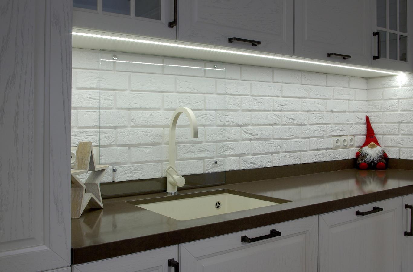 бяла кухня с гранитен плот